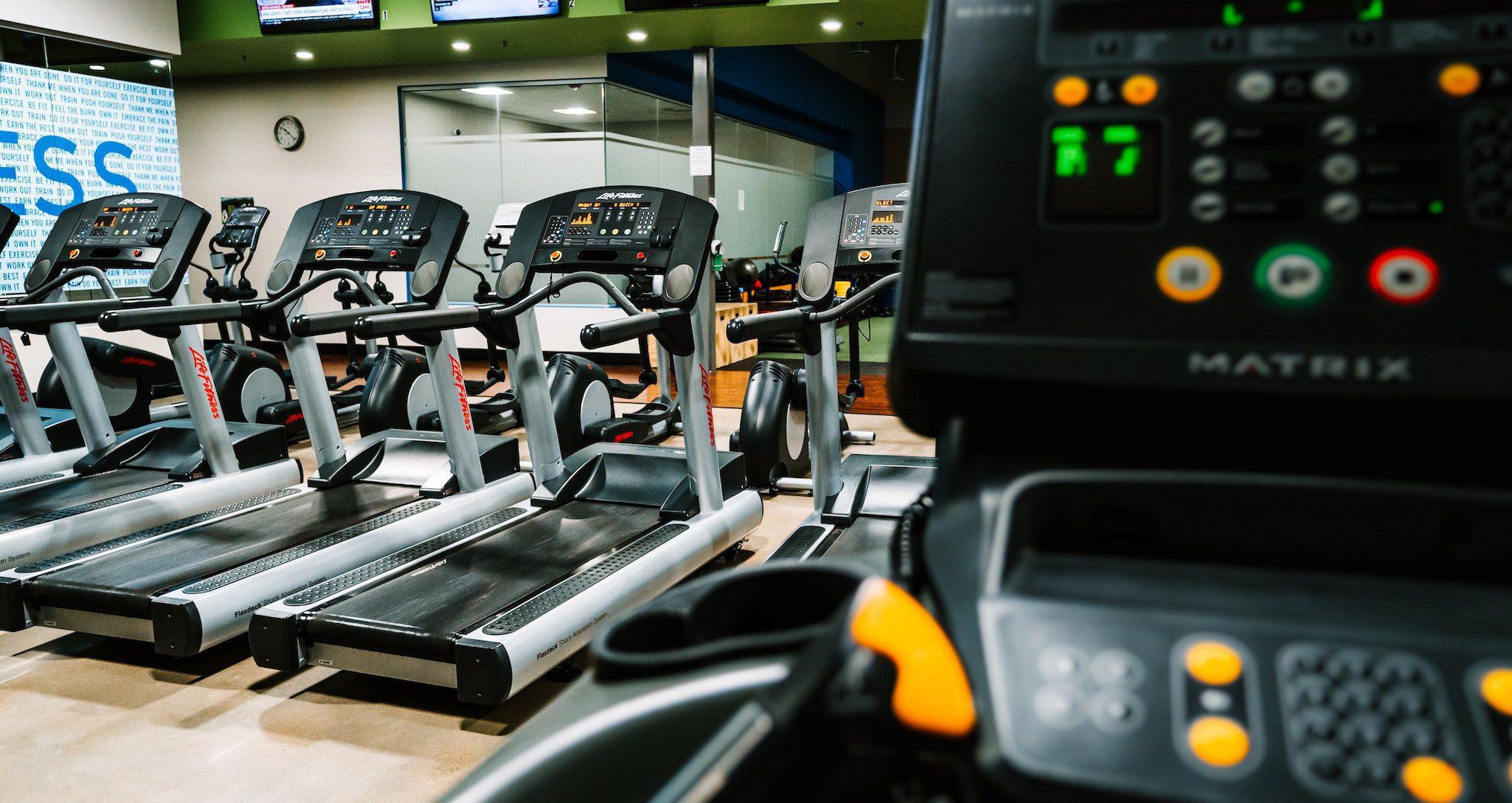 multiple treadmills in a gym
